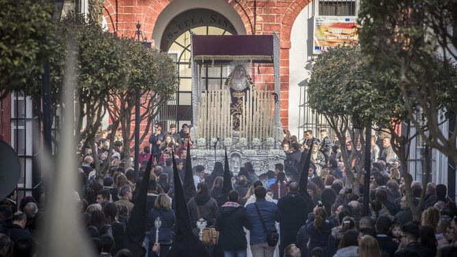 Tarde de Viernes Santo. La Virgen de los Desamparados vive un momento pleno a su salida, rodeada de público.