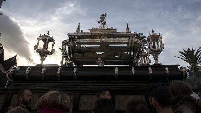 De la madrugada truncada a la tarde del Viernes: la urna del Santo Entierro por la Alameda.