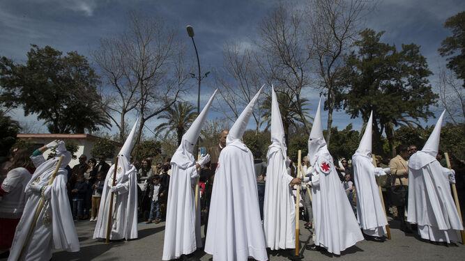 Hermanos de la Resurrección con sus capas blancas por el Parque.
