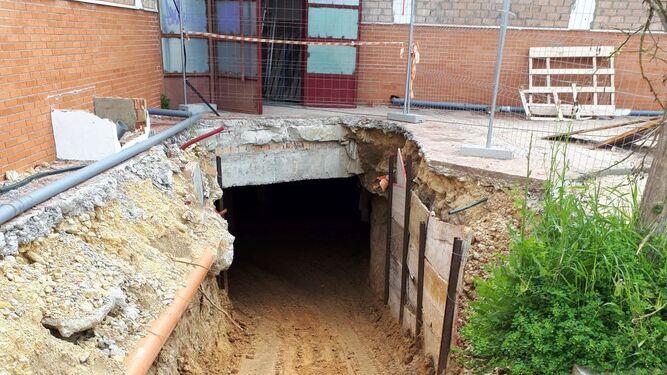 Acceso que se ha abierto debajo del edificio, donde se creará una cámara de aire para evitar las humedades.
