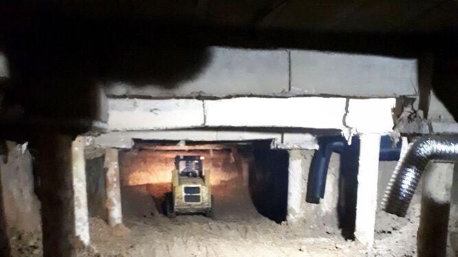 Una excavadora, ayer retirando material bajo los cimientos de la construcción.