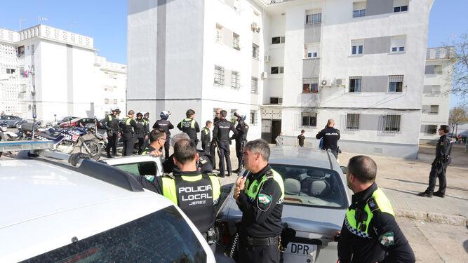 Las fuerzas de seguridad respondieron con un gran despliegue policial al requerimiento de los vecinos.