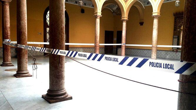 El Patio de Columnas del Palacio Municipal, con un precinto de la Policía Local.