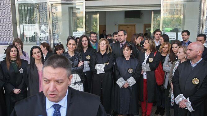 La fiscal jefe de la provincia, Ángeles Ayuso, y el juez decano de Cádiz, Pablo Sánchez, en su comparecencia ante los medios.