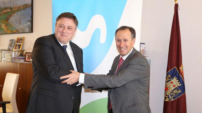 Jerónimo Vílchez, director del Territorio Sur de Telefónica, y José María Román, ayer tras el encuentro.