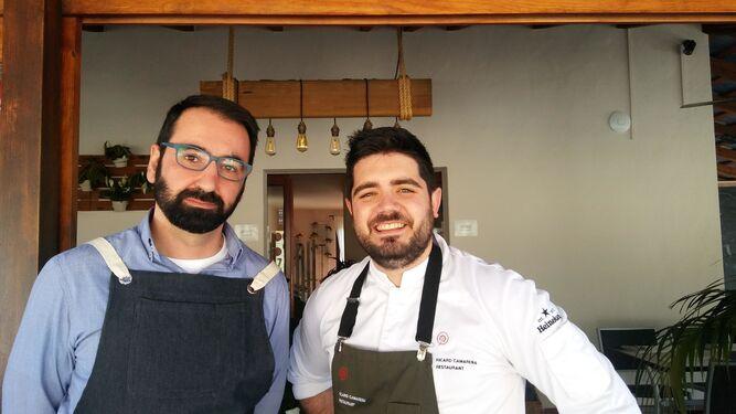 Alberto Reyes, gerente de Arohaz, con el cocinero Pedro Aguilera.