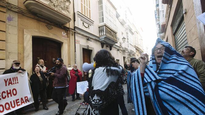 Un momento de la concentración por el bono social eléctrico ante la sede del PP.