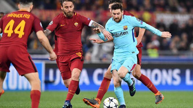 Messi trata de marcharse de tres rivales.