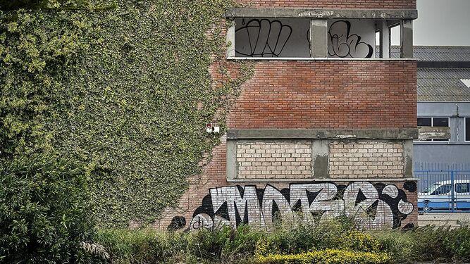 Pintadas en la fachada del edificio protegido por la Junta.
