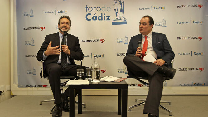Andrés Conde en un momento del coloquio con el director de Diario de Cádiz, David Fernández.