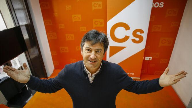 El militante de Ciudadanos Cádiz Nacho Gaztelu posa en la sede de la formación naranja.