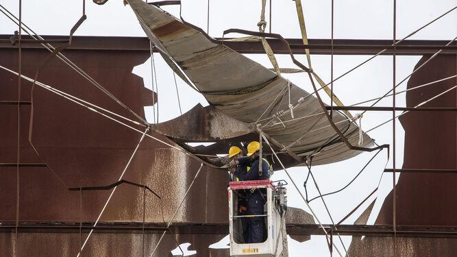 La pluma desplegada durante los primeros trabajos para retirar la barca de la Fuente Tusquets.