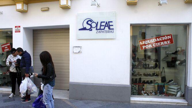 Una imagen de la tienda de zapatos Soleae, que está liquidando todo su género para cerrar a finales de este mismo mes.