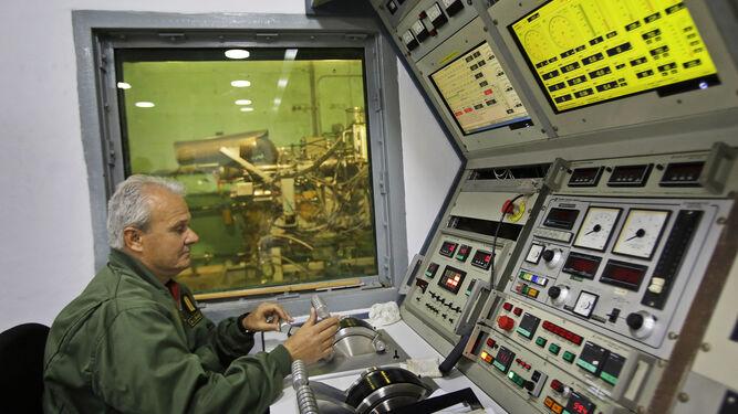 Personal de la unidad en el banco de pruebas de turbinas.