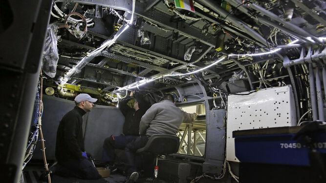 El interior de un 'SH-60B' totalmente desmontado por dentro e inspeccionado por los operarios.