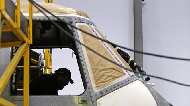 Un helicóptero de la Quinta escuadrilla de la Flotilla de Aeronaves en revisión.