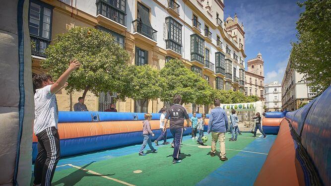 ¿Recuerdan cuando se jugaba al fútbol en la calle? Pues este futbolín gigante es la versión actual de aquellos partiditos de barrio.