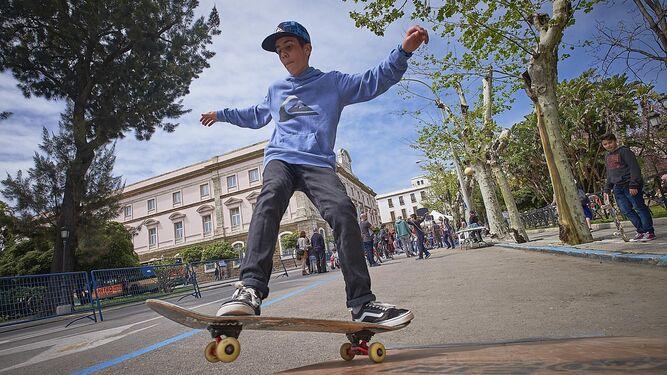 Este 'skater' da muestras de su habilidad en un espacio habitualmente inundado de coches.
