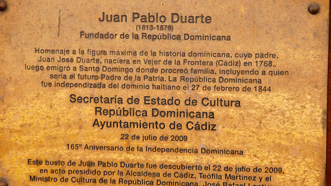 La placa de la escultura.