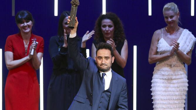 Juan Antonio Bayona, tras recibir el Premio Retrospectiva 'Málaga Hoy', ayer, en el Teatro Cervantes.