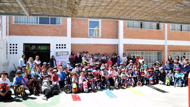 Foto de familia con los participantes en esta actividad por el Día Mundial de la Bicicleta