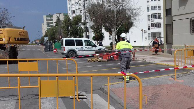 Operarios preparando uno de los pasos de peatones que se han habilitado en la zona en obras.