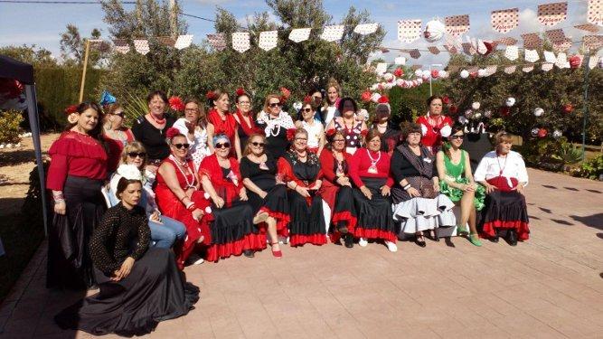 El grupo de amigas de la infancia de la calle Molino de Arcos, durante el encuentro celebrado en dicha localidad, ataviada con trajes de gitanas. Muchas de ellas venidas de diferentes puntos de España y también de Nueva York.