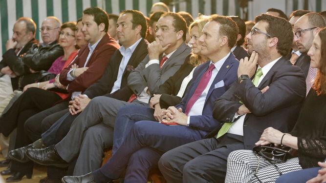 El alcalde de El Puerto y la concejela de Fiestas, junto a los invitados que acudieron a la caseta de Helo-Libo.
