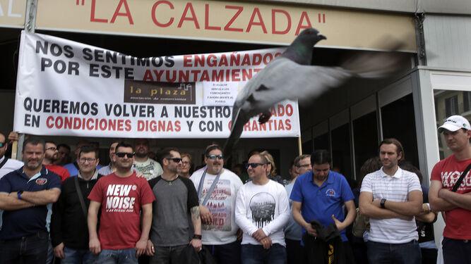 Un momento de la protesta de ayer de los comerciantes de la Plaza de Abastos, que vienen manifestándose diariamente junto al mercado provisional de La Calzada desde el pasado 18 de abril.