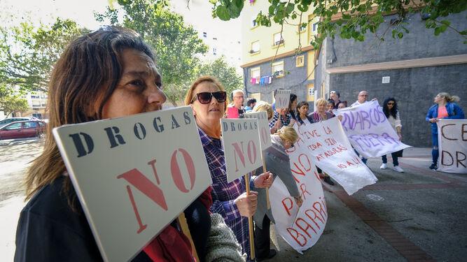 Un instante de la protesta de ayer en la calle Sor Cristina López García.