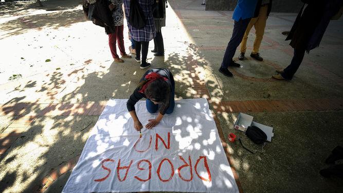 Una de las participantes en la concentración elaborando una pancarta.