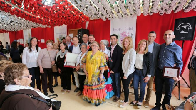 Las mallistas portuenses, el bailaor José Leiva y el ciclista José María Guerrero fueron los homenajeados en la caseta del PSOE.