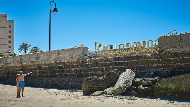 El paseo Fernando Quiñones, en Cádiz capital, resultó dañado tras los temporales. Costas ya ha comenzado las tareas de reparación.