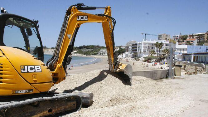 Obras previas a la aportación de arena que se están ejecutando en El Manantial y Fuentebravía.