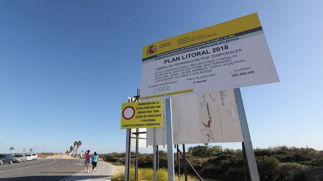El cartel que anuncia las obras de reparación de los daños del temporal en la playa isleña de Camposoto.
