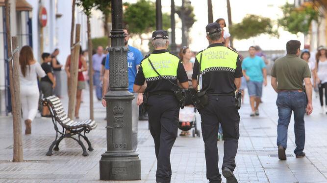 Dos policías locales patrullan por una calle del centro de la localidad, en una imagen de archivo.