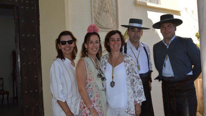Los hermanos María, Rocío, Cristina, Federico y Cayetano Ortega Delgado, tras la ofrenda  floral.