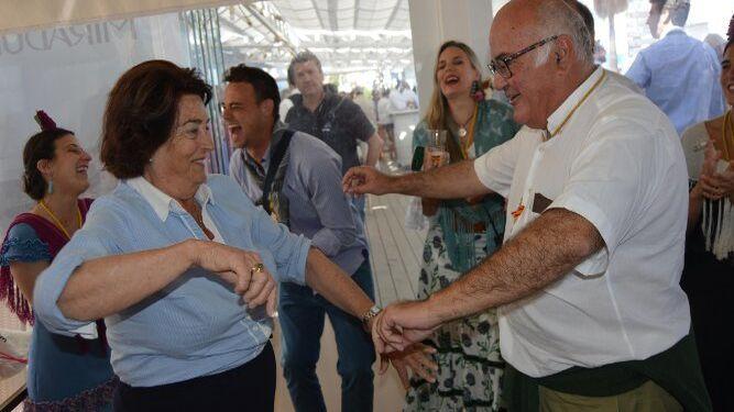 Maripé Gutiérrez García de Velasco bailando con Jacinto Berdaguer Barbadillo.