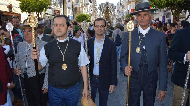 El padre Ángel Pérez del Yelmo, el alcalde de Sanlúcar Víctor Mora y el Hermano Mayor de la Hermandad del Rocío sanluqueña Francisco Galán.