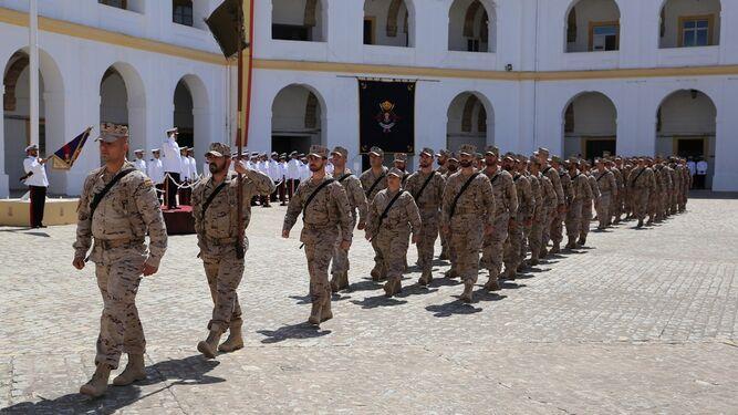 El contingente que se desplegará en Mali desfile en su despedida.