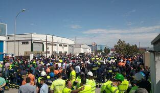 Casi 3.000 trabajadores de plantilla e industria auxiliar de Navantia Puerto Real se concentraron durante la mañana de ayer frente a la fábrica de EQM.