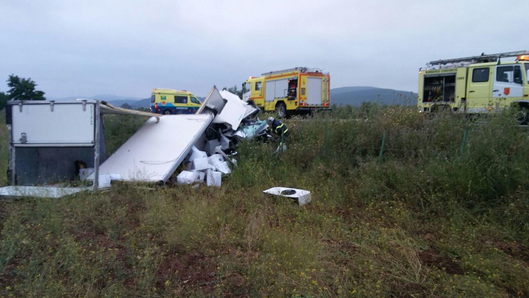 El conductor de un camión frigorífico queda atrapado tras salirse de ...