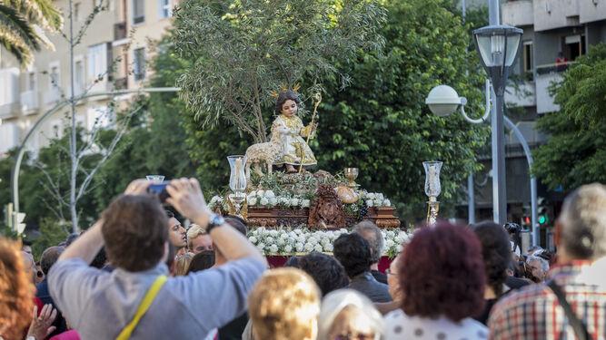El paso del Niño de la Pastora de Trille que formó parte del Corpus que procesionó ayer desde San José.