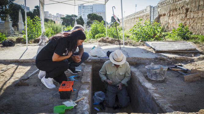 Chary Herrera, presidenta de SOS Bebés Robados, junto al arqueólogo Jorge Cepillo en el cementerio de San José.