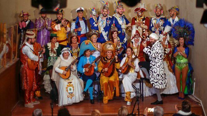 Un coro cantando en una de las visitas guiadas al Museo del Carnaval.