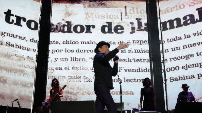 Joaquín Sabina, en un momento de su actuación en septiembre del año pasado en el Estadio Municipal de Chapín de Jerez.