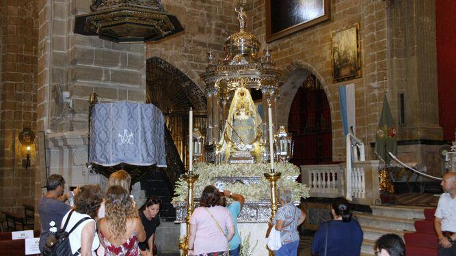 El templete de Nuestra Señora de Los Milagros, cubierto ya de nardos ayer durante la ofrenda floral.