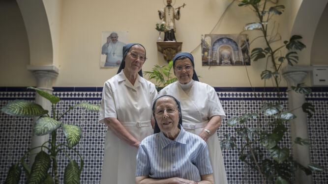 Sor Carmen, sor Ángeles y sor Inés posan en el patio de entrada del albergue para personas sin hogar Federico Ozanam de San Fernando.
