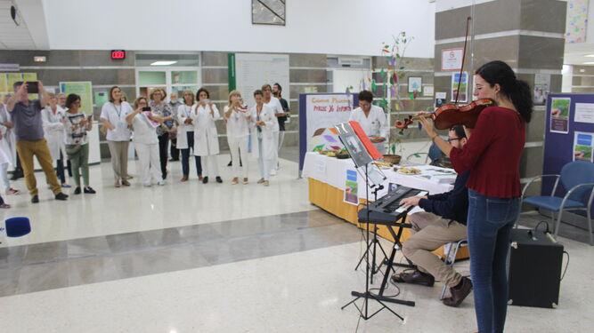 Raquel Pavón y Manuel Sánchez durante la actuación que ofrecieron en el Hospital de Puerto Real para celebrar el Día de los Cuidados Paliativos.