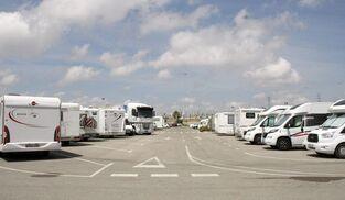 Una imagen de caravanas estacionadas en el parking de la pasarela.